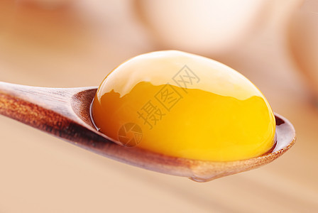 盛在勺子上的鸡蛋黄图片