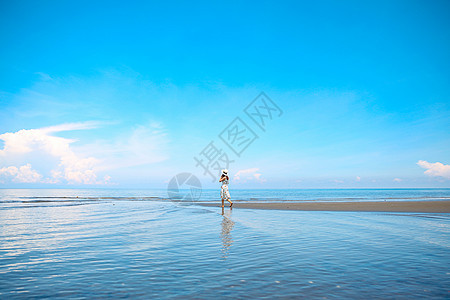 菲律宾海边美女奔跑背影图片