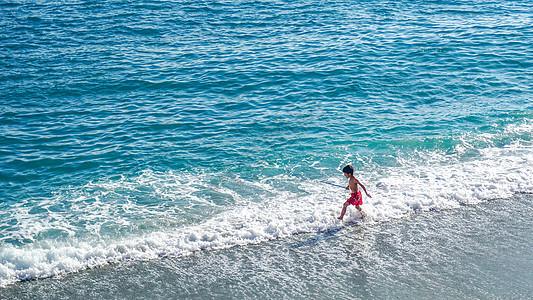 海边玩耍的小男孩图片