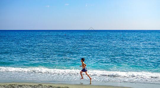 海边奔跑的小男孩图片