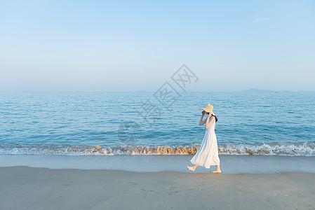 沙滩散步的欢快活泼美女图片