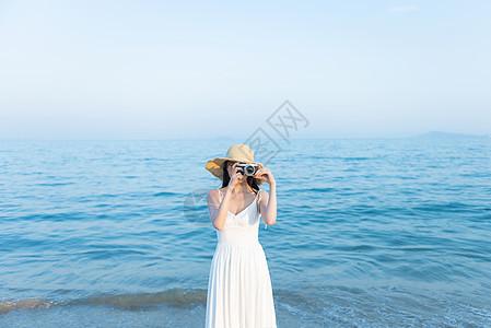 拍照摄影的海边女生图片
