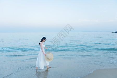 海边散步的美女图片