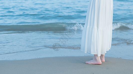 赤脚站在海边沙滩上图片