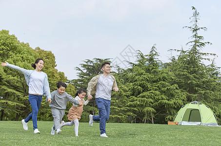 一家人户外牵手奔跑图片
