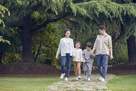 一家四口公园散步图片