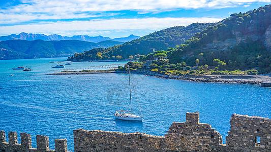 海上行驶的帆船图片