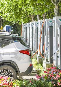 新能源汽车充电站充电的电动汽车图片