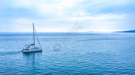 海洋中的孤帆图片