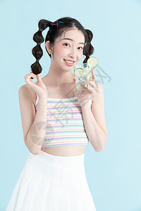 甜美女孩喝夏日饮品图片