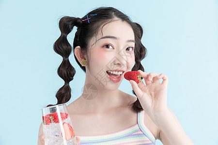 夏天喝饮料的甜美女孩图片