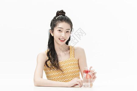 喝饮料的可爱女孩图片