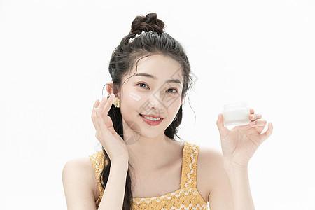 女性护肤涂抹面霜图片