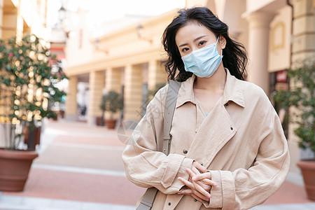 戴口罩购物的青年女性图片