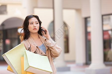 女性商场购物打电话图片