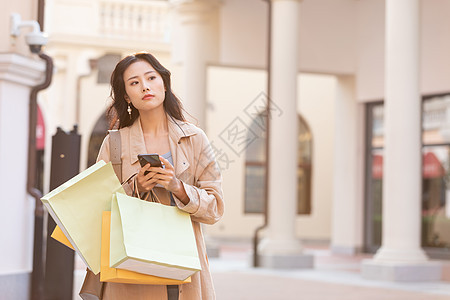 女性商场购物等待闺蜜图片