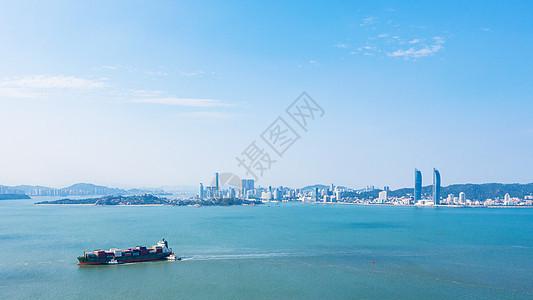 海上行驶的集装箱船只图片
