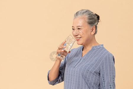 老年人喝水图片