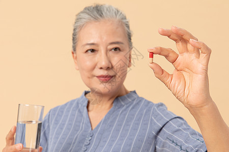 老年女性吃药图片