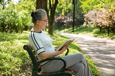 老年女性户外看书图片