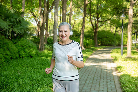 老年女性户外运动听音乐图片