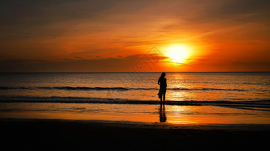 大海落日少女人像赶海背影剪影图片