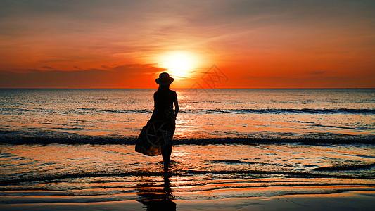 大海落日少女人像背影剪影图片