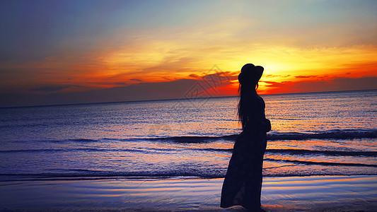 大海落日少女人像观赏日落背影图片