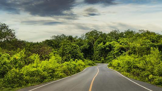 旅途中前行道路图片