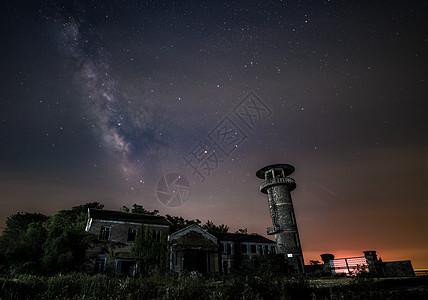 夜晚星空银河与古老的建筑房屋图片