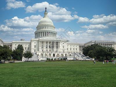 蓝天白云下的白宫风景图片