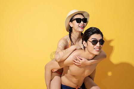 夏日泳装情侣带着墨镜图片