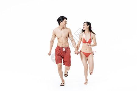夏日泳装情侣奔跑图片