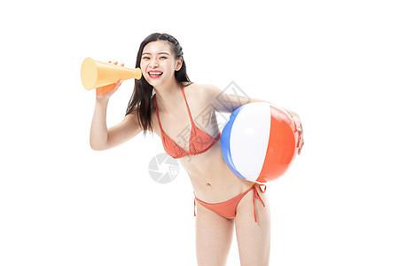 夏日泳装女性拿着沙滩排球图片