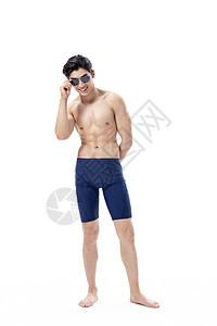 夏日泳装男性涂防晒图片
