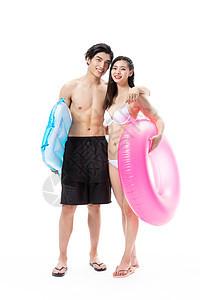 夏日泳装情侣拿着游泳圈图片