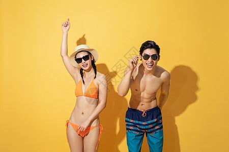 夏日情侣泳装戴着墨镜图片