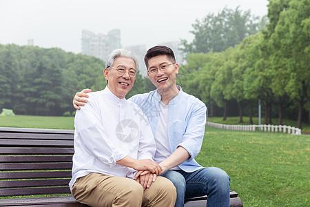 中老年父子陪伴图片