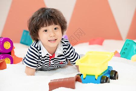 儿童游乐园玩沙子的小男孩图片