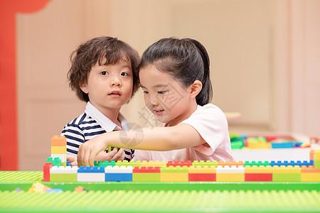 在儿童游乐园搭积木的小朋友图片