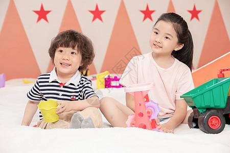 儿童游乐园玩沙子的小孩图片