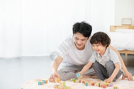 爸爸陪儿子堆积木图片