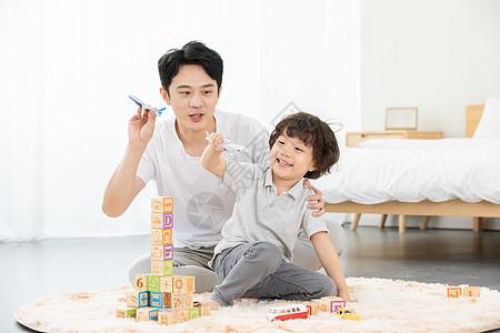 爸爸陪伴孩子玩飞机模型图片