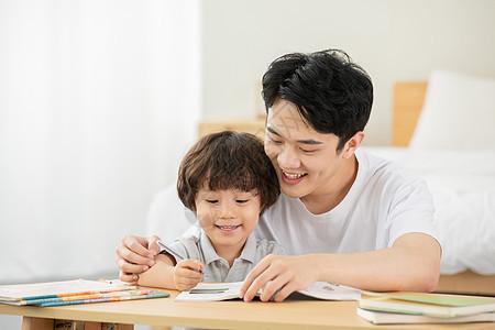 爸爸陪伴孩子学习图片