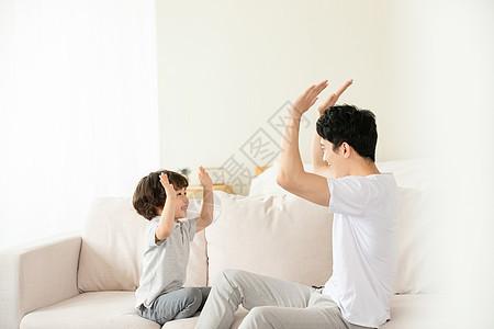 父子沙发上亲密击掌拍手游戏图片