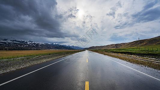 新疆暴风雨天气下的旅行道路图片