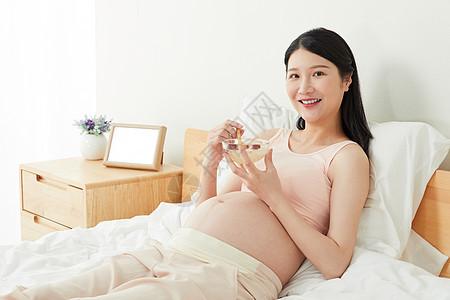 孕妇躺在床上吃燕窝图片