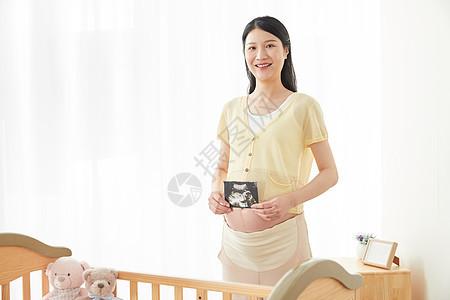 孕妇拿着b超展示图片