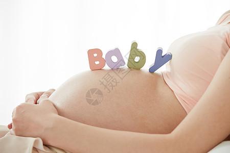 孕妇躺在床上图片