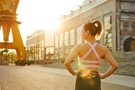 晨练美女运动健身背影图片